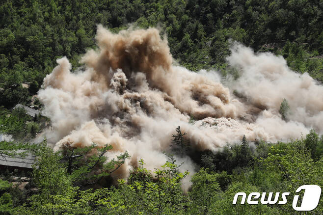 24일 북한 핵무기연구소 관계자들이 함경북도 길주군 풍계리 핵실험장 폐쇄를 위한 폭파 작업을 했다. 사진은 지휘소와 건설노동자 막사가 폭파되는 모습. (사진공동취재단) 2018.5.25/뉴스1 © News1 사진공동취재단