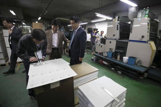 '제7회 전국동시지방선거'에 앞서 28일 오전 서울 영등포구에 있는 한 인쇄소에서 서울특별시선거관리위원회 직원들이 선거일에 사용할 투표용지를 확인하고 있다. 김성광 기자