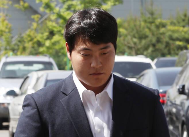 성폭행 의혹을 받는 넥센 히어로즈 조상우가 28일 오전 인천 남동경찰서로 출석하고 있다. 연합뉴스