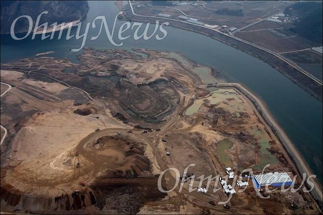 지난 2010년 4대강 공사가 한창 진행 중인 남한강 모습. 사진은 4대강 사업저지 및 생명의 강 살리기 범국민대책위원회 제공 ⓒ정대희