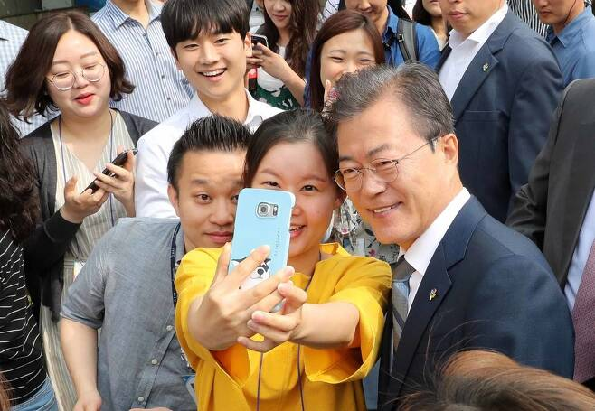 문재인 대통령이 8일 서울 종로구 삼청동주민센터에서 사전투표를 한 뒤 시민들과 함께 인증샷을 찍고 있다. 청와대사진기자단