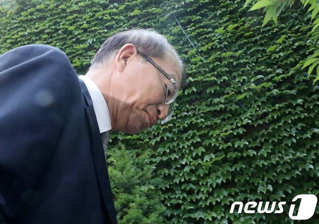 양승태 전 대법원장이 1일 오후 경기도 성남시 자택 인근에서 '재판거래 의혹' 관련 입장을 발표를 마친 후 나서고 있다. 2018.6.1/뉴스1 © News1 박세연 기자