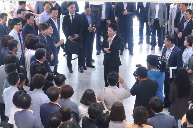 원희룡 제주지사 당선자가 14일 오전 도지사직에 복귀하면서 도청 로비에서 환영하는 공무원들과 환담을 나누고 있다. 허호준 기자