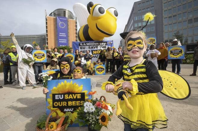 유럽연합의 살충제 규제 강화안 표결이 예정된 지난 4월 28일 벨기에 브뤼셀에서 시민들이 살충제 사용 금지를 촉구하는 시위를 벌이고 있다. [AVAAZ 제공, AP=연합]