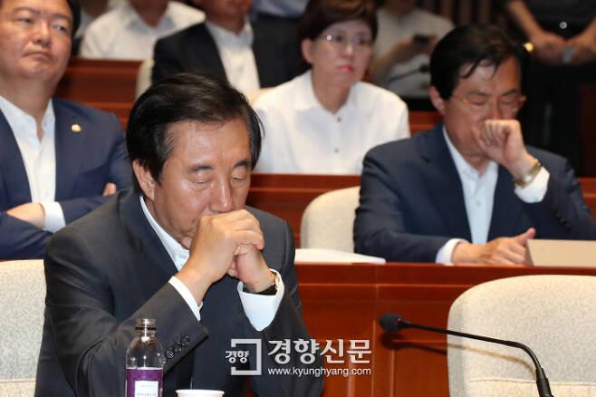 난감하네 자유한국당 김성태 대표권한대행이 지난 15일 국회에서 열린 의원총회에서 동료 의원들의 발언을 들으며 생각에 잠겨 있다. 권호욱 선임기자 biggun@kyunghyang.com
