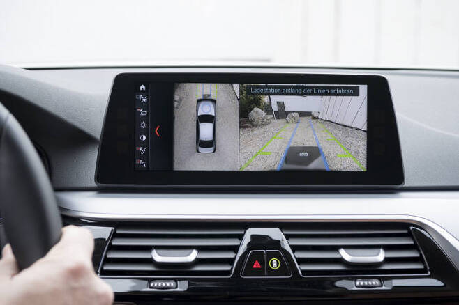 무선 충전에 필요한 정확한 위치 선점을 위해 차량 내부에 위치를 안내한다.