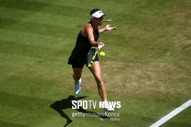 ▲ WTA 투어 네이처 밸리 인터내셔널 결승전에서 포핸드를 치고 있는 캐롤라인 보즈니아키 ⓒ Gettyimages