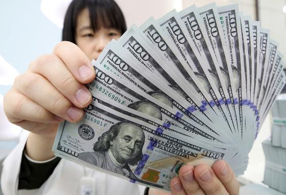 금리 인상과 미·중 무역갈등에 달러 가치 빠르게 상승했다. 국내 증시에서 자금이 이탈하는 주된 이유다.[연합뉴스]