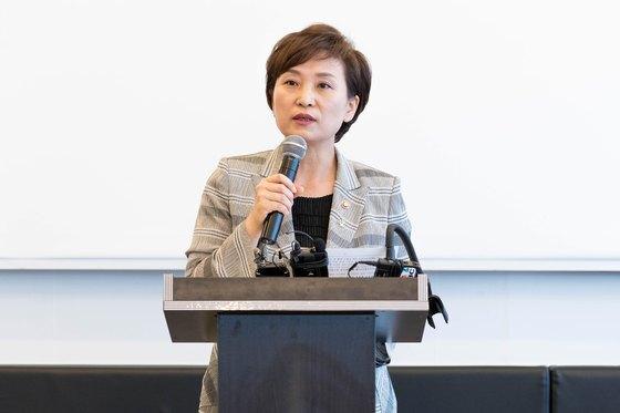 김현미 국토교통부 장관이 지난달 25일 세종시의 한 식당에서 취임 1주년 기자간담회를 열고 정책 성과 등에 대해 설명하고 있다.