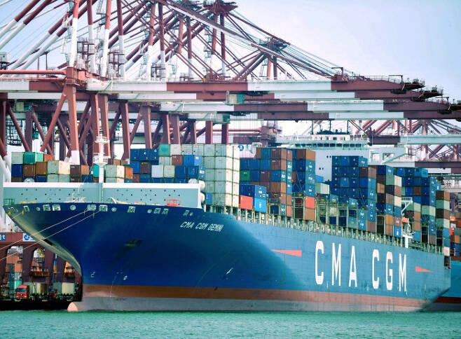 화물을 실은 프랑스 선사 GMA-CGM의 컨테이너선이 지난 6일 중국 산둥성의 칭다오항에 정박해 있다. 칭다오 | AP연합뉴스