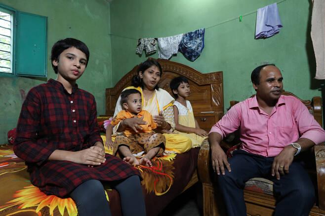 마히아(맨 왼쪽)가 12일(현지시각) 방글라데시 다카 집에서 가족들과 함께 평화원정대와 인터 뷰를 하고 있다. 다카/김봉규 선임기자 bong9@hani.co.kr
