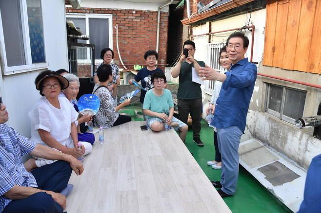 박원순 서울시장이 옥탑방 앞 평상에서 이웃 주민들과 이야기를 나누고 있다. 서울시 제공