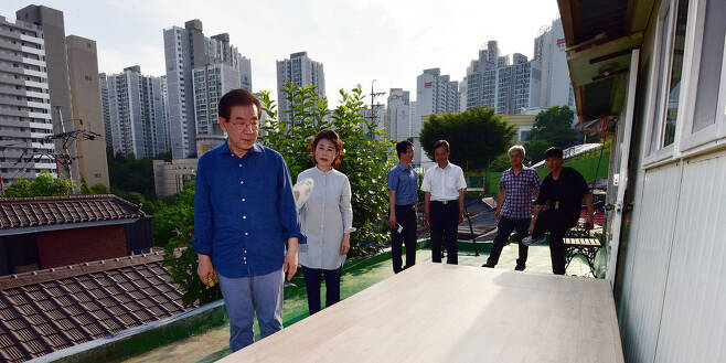 박원순 서울시장이 22일 오후 강북 '한 달 살이'를 시작하는 강북구 삼양동의 2층 옥탑방 주택에 도착하고 있다. 사진공동취재단