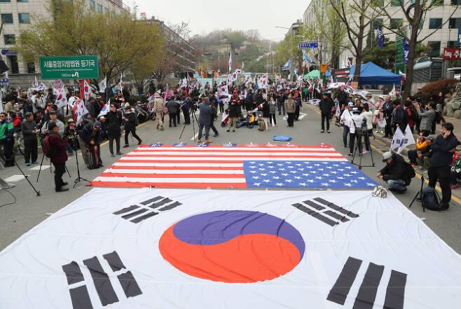 박근혜 전 대통령 1심 선고일인 지난 4월 6일 오후 서울 서초구 서울중앙지법 앞에 박 전 대통령 지지자들이 모여 있다. (사진=연합뉴스)