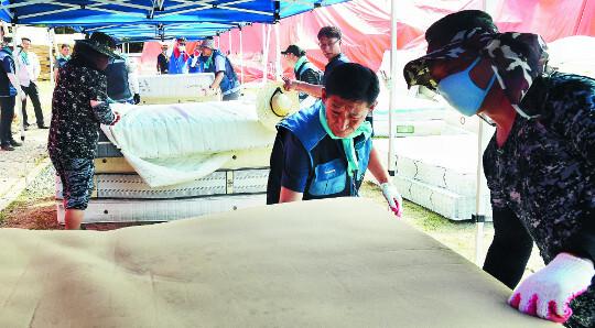 31일 충남 천안시 직산읍 대진침대 본사 앞마당에서 방사성 물질 라돈이 검출돼 회수된 침대의 매트리스 해체 작업이 진행되고 있다. 뉴시스