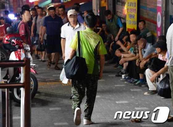 서울 남구로역 인력시장이 일자리를 구하는 일용직 근로자들로 붐비고 있다. 2016.8.19/뉴스1 © News1 최현규 기자