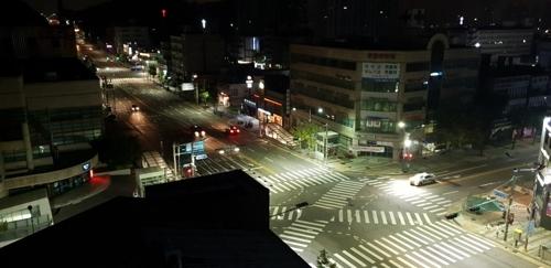 투광기 설치된 교차로 횡단보도 [인천지방경찰청 제공=연합뉴스]