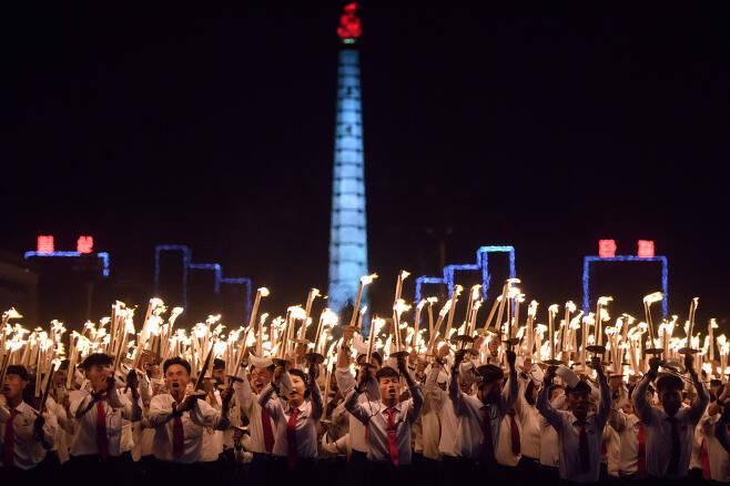 북한 청년들이 함성을 지르며 김일성광장을 행진하고 있다. [AFP=연합뉴스]