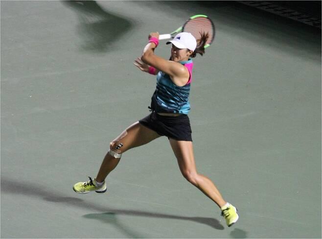 '부상 투혼' 한나래가 18일 WTA 투어 코리아오픈 단식 1회전에서 오른 무릎에 붕대를 감은 채 포앤드 스트로크를 날리고 있다.(올림픽공원=코리아오픈)