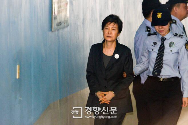 지난해 10월 국정농단 사건 1심 공판에 출석하기 위해 법원에 나온 박근혜 전 대통령. 이준헌 기자