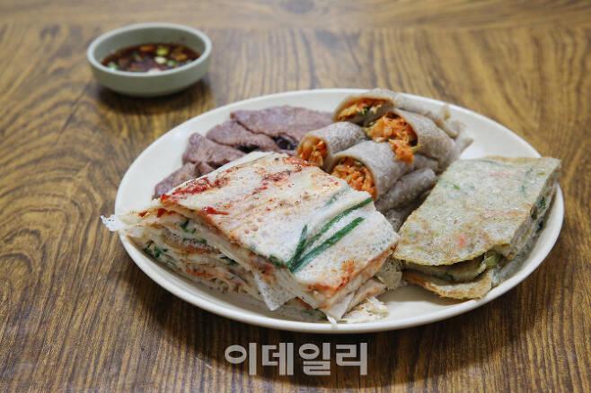 메밀전병과 메밀로 만든 부침개 요리(사진=한국관광공사)