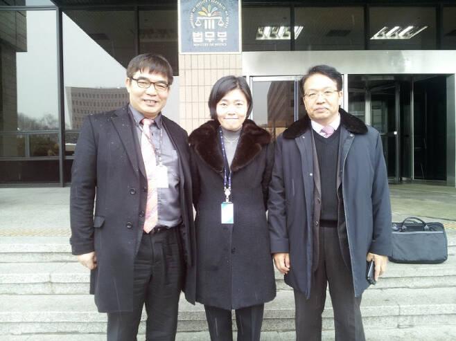 '무죄구형'으로 징계 2013년 2월 검사징계위에 특별대리인으로 한인섭 교수(오른쪽), 김칠준 변호사(왼쪽)와 함께 출석했다.