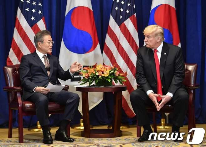 문재인 대통령과 도널드 트럼프 미국 대통령이 24일 오후(현지시간) 미국 뉴욕 롯데뉴욕팰리스호텔 허버드룸에서 열린 한미정상회담에서 대화를 나누고 있다. 2018.9.25AFP/뉴스1