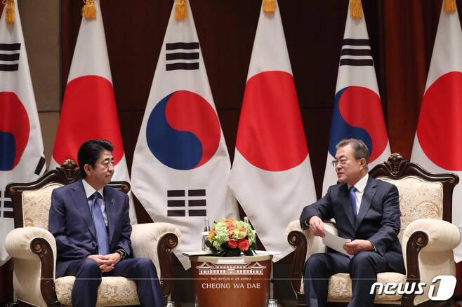 문재인 대통령이 25일 오전(현지시간) 미국 뉴욕 파커 호텔에서 아베 신조 일본 총리를 만나 환담을 하고 있다. (청와대 페이스북) 2018.9.25/뉴스1