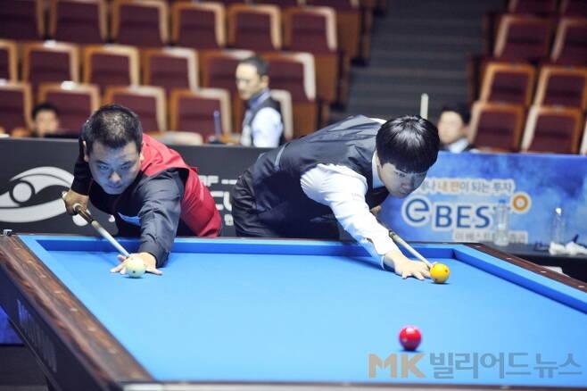 조재호(서울시청‧국내 16위‧왼쪽)와 김행직(전남‧5위)이 8강전 경기에 앞서 뱅킹을 하고 있다.