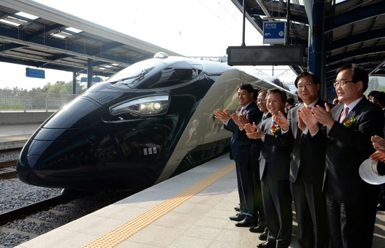 2012년 열린 해무의 공식출고식에서 권도엽 국토해양부 장관(오른쪽에서 세번째) 등 관계자들이 박수를 치고 있다. [연합뉴스]