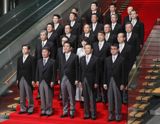 아베 신조 일본 총리가 지난 2일 총리 관저에서 신임 각료들과 함께 사진촬영을 하고 있다. 도쿄|EPA연합뉴스