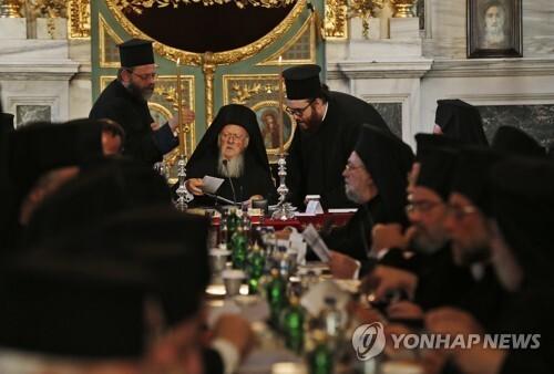 정교회 '수장' 바르톨로메오스 1세 총대주교(가운데) [AP=연합뉴스 자료사진]