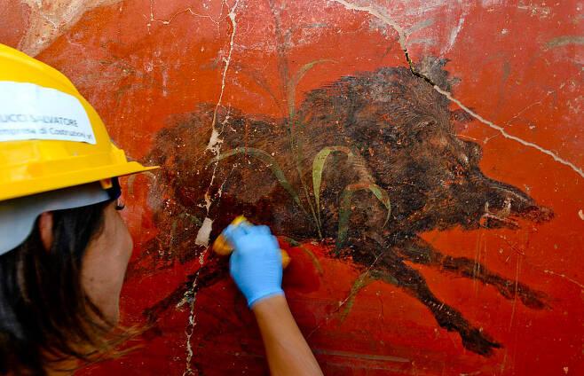 고대 신전 발굴 과정 중 드러난 외벽과 벽화