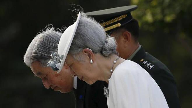 2016년 필리핀 전몰자 묘역에서 고개 숙인 아키히토 일왕 부부