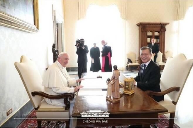 문재인 대통령이 18일 오후 (현지시간) 바티칸 교황청을 방문해 프란치스코 교황을 만났다. (사진=청와대 제공)
