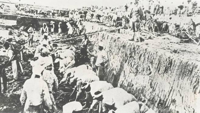1930년대 후반 사금채취에 강제동원된 조선인들. [연합뉴스]