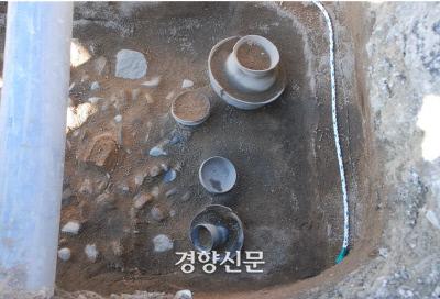 찰갑과 함께 확인된 신라시대 토기류. 토기편년으로 보아 4세기 무렵으로 추정된다.|강원고고문화연구원 제공