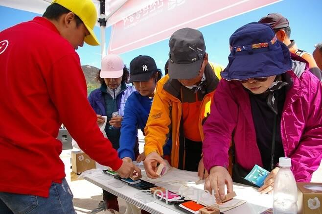 ▲ '2018 대청 지오파크 챌린지'에서 기념 손수건만들기 체험을 하는 관광객들