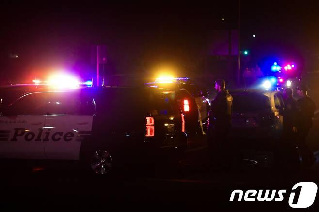 미국 LA 인근에서 총격사건이 발생하자 현장에 출동한 경찰관들 © AFP=뉴스1