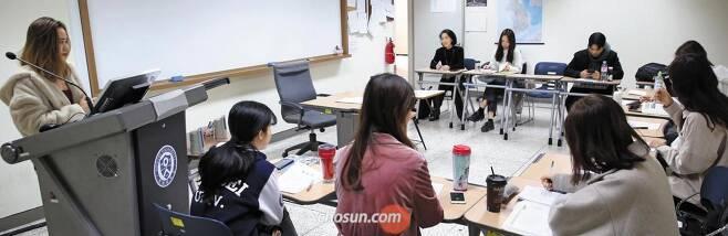 """7일 오전 서울 서대문구 연세대학교 한국어학당 수업에서 베트남 학생 트라티 아이 반(28·맨 왼쪽)씨가 한복을 주제로 발표하고 있다. 올해 2월 어학당에 등록한 그는""""한국어를 완벽히 익히고 돌아가 베트남에서 사업을 할 계획""""이라고 했다. /남강호 기자"""