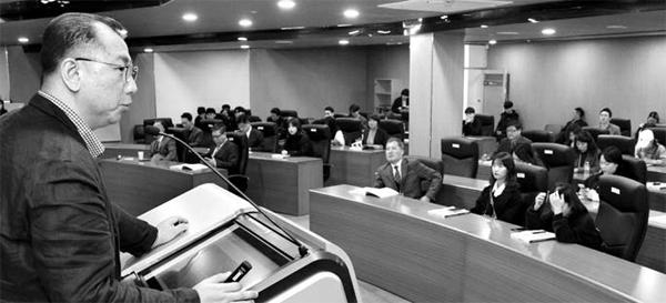 9일 한국벤처창업학회가 주최한 `2018 추계학술대회`에서 토론하고 있는 모습. [이승환 기자]