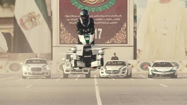 하늘을 나는 경찰 바이크…두바이 경찰, 훈련 본격 시작
