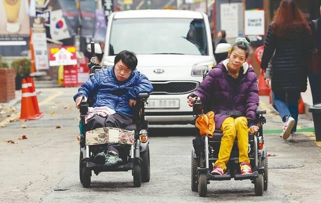 최영은 이상우씨 커플이 지하철 4호선 혜화역에서 내려, 마로니에 공원 뒤쪽 노들장애인자립생활센터로 가려고 나란히 이동하고 있다.
