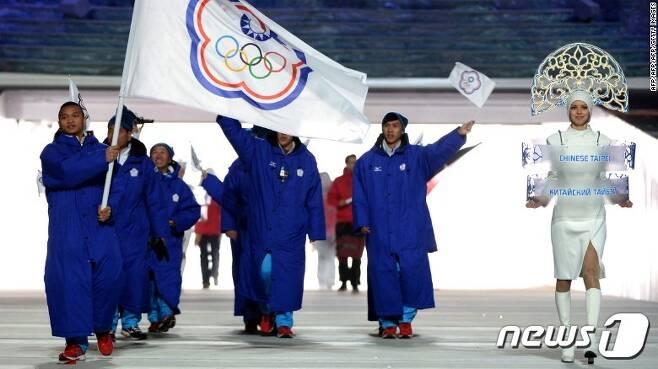 대만 선수단이 '중화 타이베이' 국기를 들고 입장하고 있다. <출처=CNN 갈무리> © News1