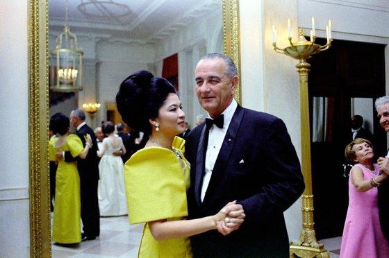 린든 B 존슨 미국 전 대통령과 춤을 추는 이멜다. [사진 존 F 케네디 박물관]