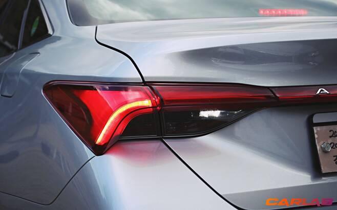 아발론 XLE는 리어램프가 트렁크 바깥 부분만 빛난다