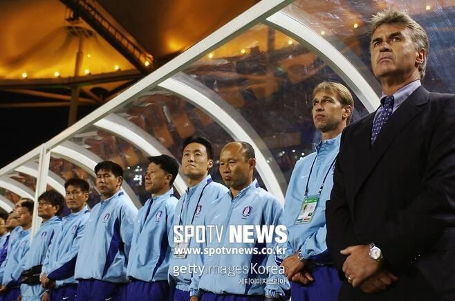 ▲ 박항서(오른쪽에서 세번 째) 당시 수석 코치는 거스 히딩크(오른쪽) 감독에게 지도자로서 큰 영향을 받았다고 했다.