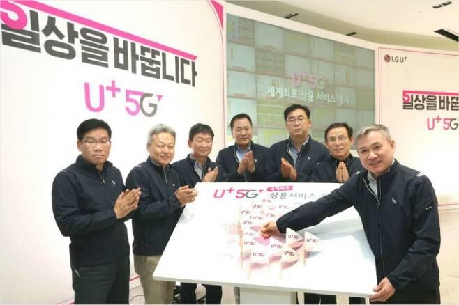 LG유플러스는 1일(토) 세계 최초 5G 상용화 서비스를 개시했다고 밝혔다. 사진은 LG유플러스 하현회 부회장(맨 우측)이 1일 자정 서울 마곡 사옥에서 주요 경영진들과 깃발 꽂기 세레머니를 통해 5G 시대 선도의 자신감을 피력하는 모습.