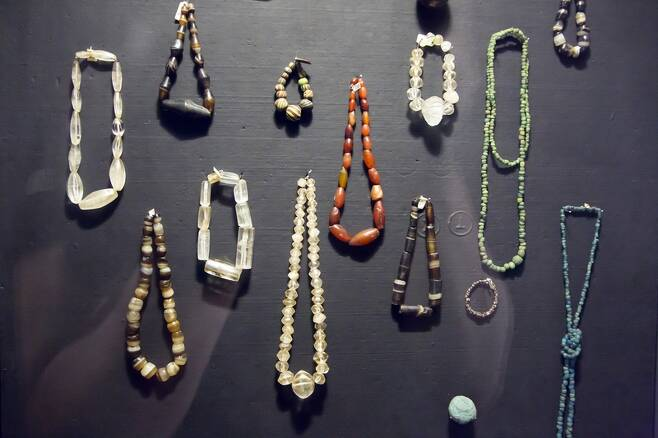 동남아시아의 고대 해상왕국이었던 부남의 항구도시 오크에오에서 출토된 유리구슬들. 신라와 백제에서 나온 것들과 성분이 같은 것으로 확인됐다. 최종택 고려대 교수