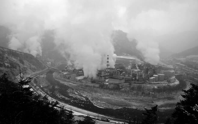 경북 봉화군 석포면에 자리잡은 영풍제련소. 낙동강 최상류, 해발 600m의 아름다운 협곡에서 중금속 오염 물질을 대기와 토양 그리고 강으로 흘려보내고 있다.
